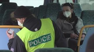 Policista kontroluje doklady bez použití ochranných pomůcek
