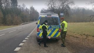 Policejní kontrola na hranici okresu