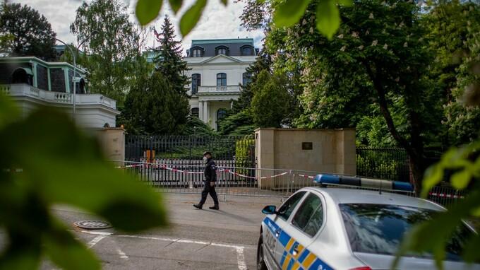 Ruská ambasáda v Praze je pod dohledem mužů zákona.