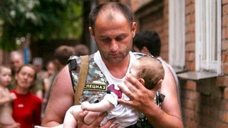 Elbrus Gogichaev zachránil tehdy 6měsíční Alyanu