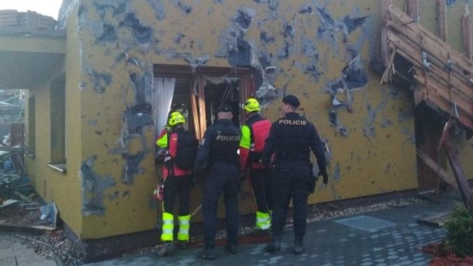 Hasiči a policisté obhlíží škody na majetku