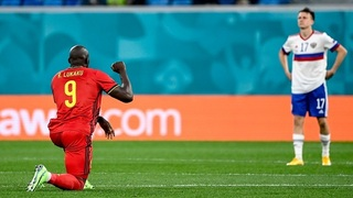 Belgický fotbalista Romelu Lukaku v pokleku.