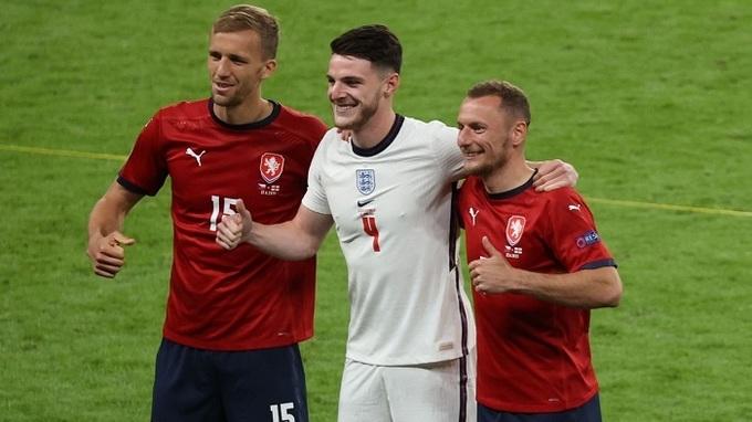 Tomáš Souček, Vladimír Coufal a anglický hráč Declan Rice.