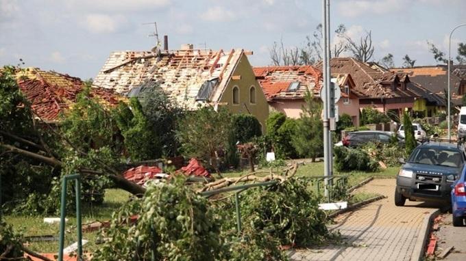 Tornádo zničilo životy řadě rodin.