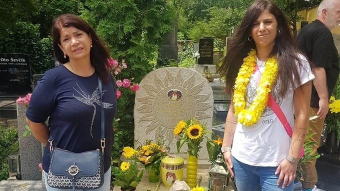 Daniel Nekonečný našel místo věčného klidu. Před hrobem stojí Zuzana Kardová s dcerou.