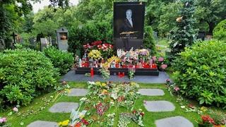 Hrob Karla Gotta po jeho 82. narozeninách, které by slavil 14. července