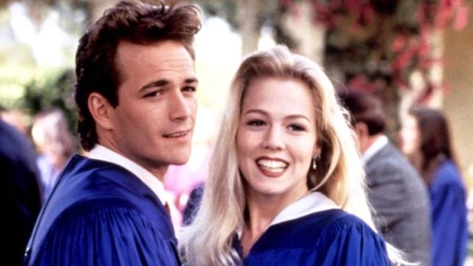 Herci Jennie Garthová a zesnulý Luke Perry v seriálu Beverly Hills 90210