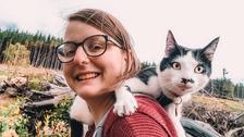 Mladá designérka cestuje se svou kočkou