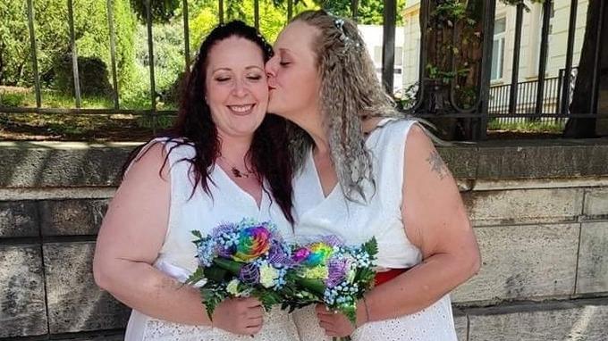 Sandra (vpravo) se svou životní partnerkou