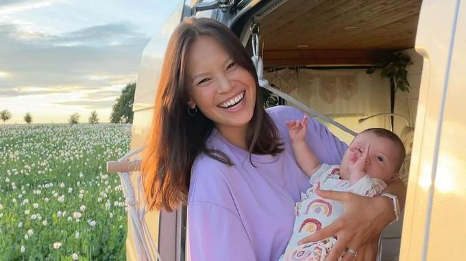 Monika Leová s dcerkou v obytné dodávce