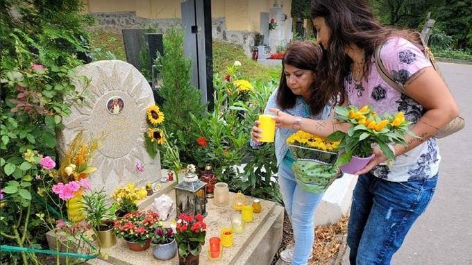 Zuzana Kardová s dcerou Terezou u hrobu Daniela Nekonečného