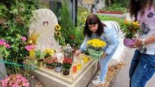 Zuzana Kardová u hrobu partnera Daniela Nekonečného