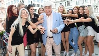 Felix Slováček v obležení krásných žen