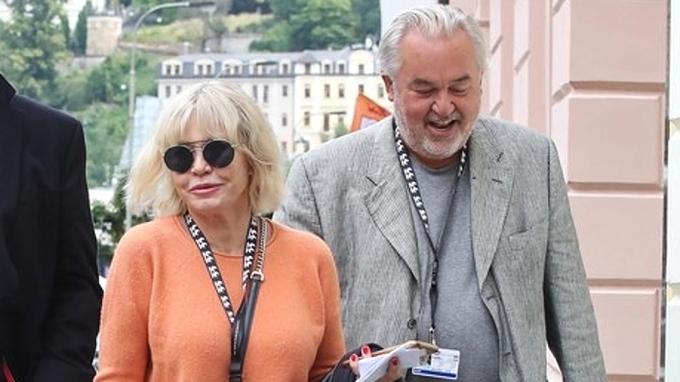 Herečka Jana Švandová (v oranžovém) s kolegy v Karlových Varech