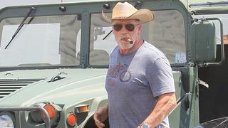 Arnold Schwarzenegger u svého vozu
