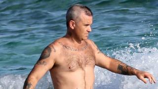 Zpěvák Robbie Williams se potýká s vypadáváním vlasů