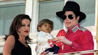 Zpěvák Michael Jackson s manželkou Lisou Presleyovou