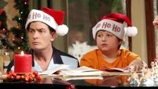 Angus T. Jones s Charliem Sheenem v sitcomu Dva a půl chlapa