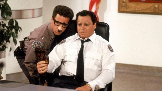 Herec Art Metrano v Policejní akademii