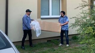 Zpěvák Bohuš Matuš stěhuje postýlku s kamarádem Vladimírem Nerušilem
