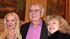 Moderátor Pavel Lukeš (uprostřed) zemřel ve věku 77 let