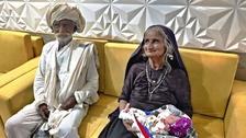 Sedmdesátiletá matka Jivunben Rabari s manželem Maldharim (75)